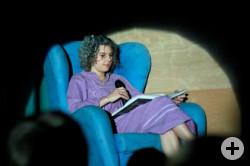 Lena Lemke, die als alte Frau im Ohrensessel aus dem Originaltext der Brüder Grimm vorliest